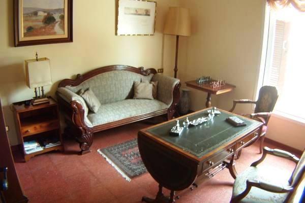 Weiterer Wohnbereich mit stilvollen Möbeln
