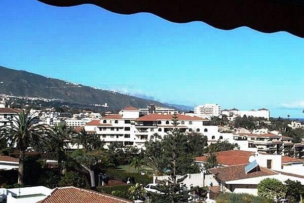 Aussicht vom Balkon auf Puerto de la Cruz und Mount Teide