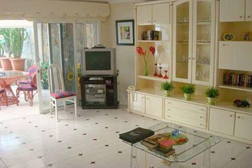 Großzügiges Wohnzimmer mit Terrassenzugang