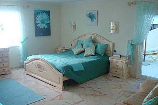 Geräumiges Schlafzimmer mit Terrassenzugang