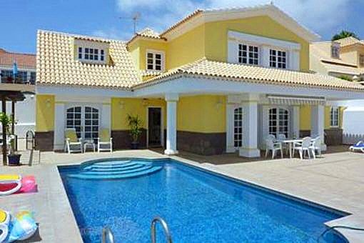 Attraktive Villa mit großflächiger Terrasse und Pool