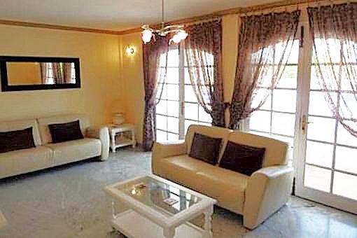 Stilvolles Wohnzimmer mit Terrassenzugang