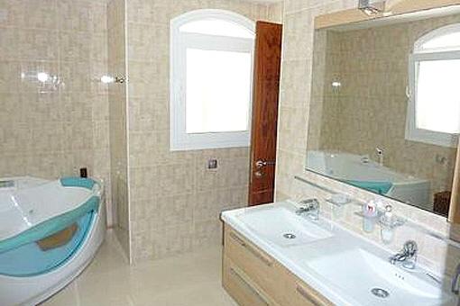 Das sehr moderne Badezimmer