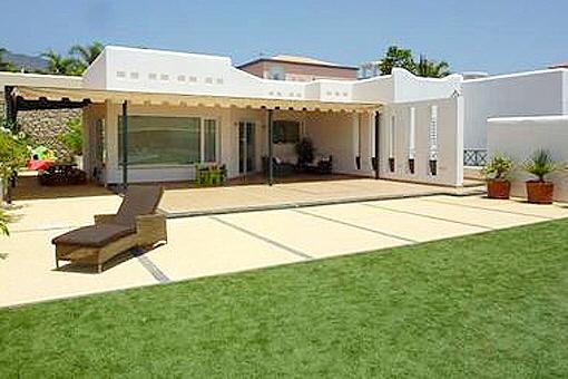 Die große Terrasse und der angrenzende Garten