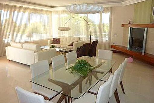 Modern eingerichtetes Wohnzimmer mit Kamin