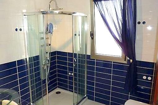 Schickes Badezimmer mit Massagedusche