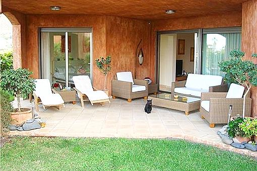 Garten und Terrasse mit gemütlichen Möbeln