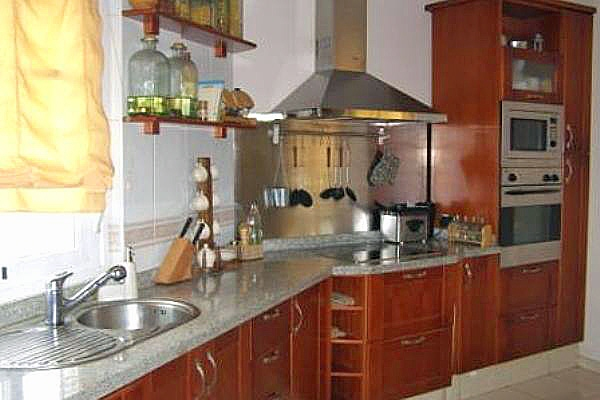 Küche mit Holzmöbeln und Esstisch