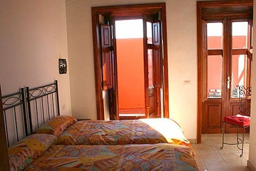 Gemütliches Schlafzimmer mit Ausgang auf die Terrasse