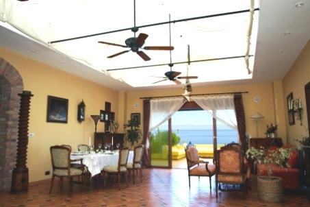 Hochwertige Finca mit weiten Räumen, viel Terrasse und Garten, Großschwimmbad und Meerblick