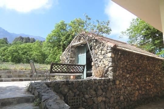 Separater Keller aus Naturstein
