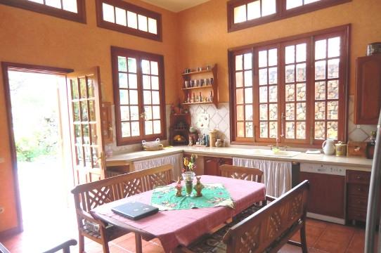 Helle, voll ausgestattete Küche mit offenem Essbereich