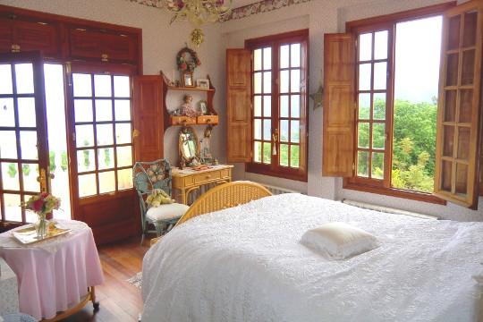 Großes Schlafzimmer mit Zugang zur Terrasse