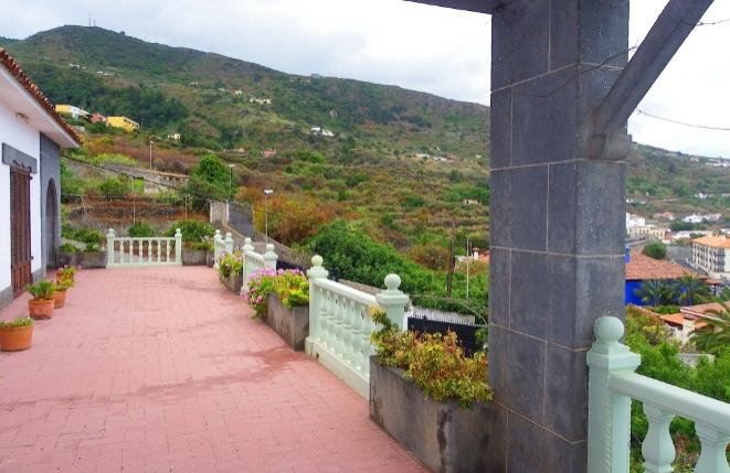 Große Terrasse mit Ausblick auf das Meer und die Landschaft