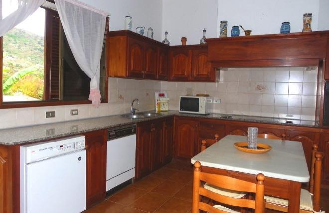 Große und voll ausgestattete Küche mit viel Arbeitsfläche