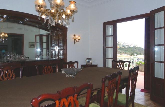 Exquisites Esszimmer mit großer Tafel und Bar
