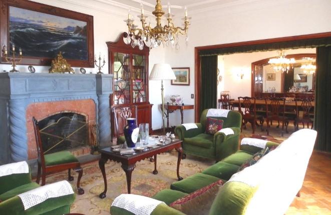 Gemütliches und repräsentatives Wohnzimmer mit Kamin