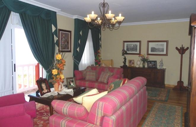 Gemütliches Wohnzimmer mit Balkon und Meerblick