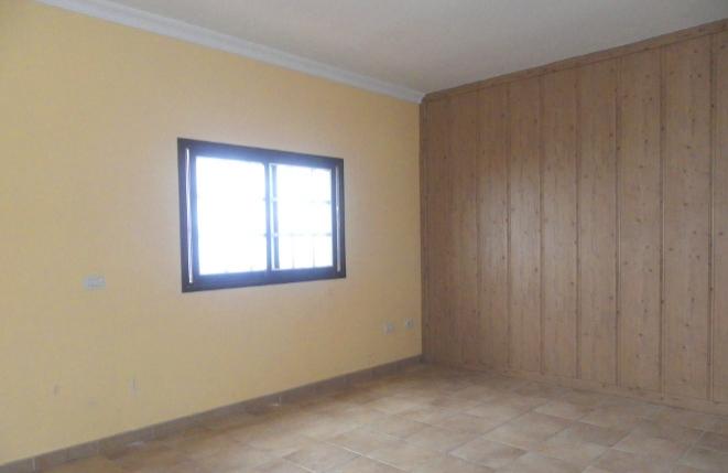 Gemütliches Wohnzimmer mit Holzdekor
