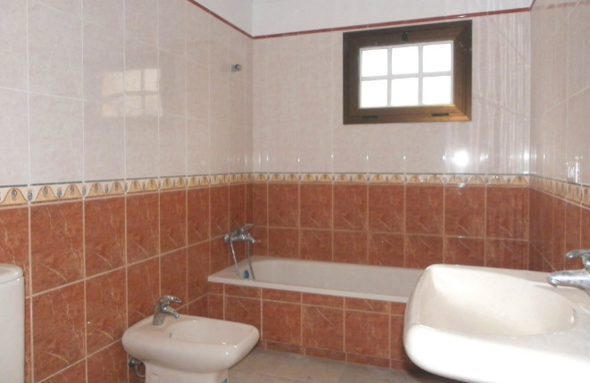 Badezimmer mit Badewanne und Bidet