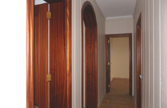 Warmes Ambiente im Korridor mit Rundbogen