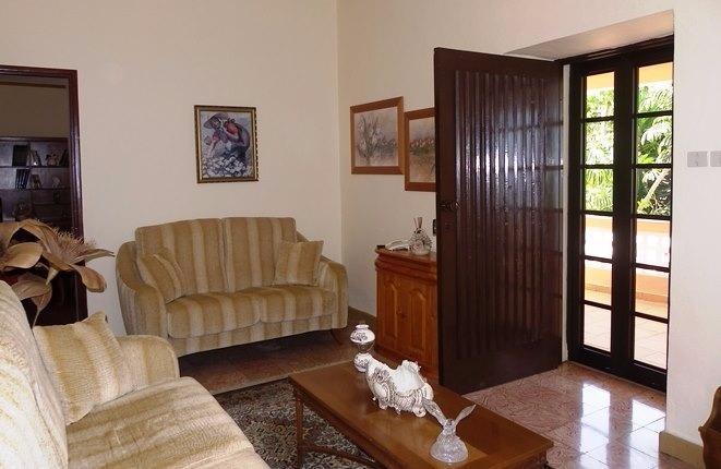 Säulenterrasse und Salon Seite an Seite