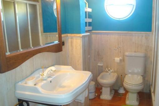 Stilvolles Badezimmer mit Bullauge