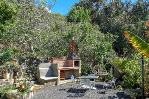 Romantischer Garten mit Grillbereich