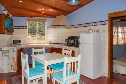 Rustikale und komplett ausgestattete Küche