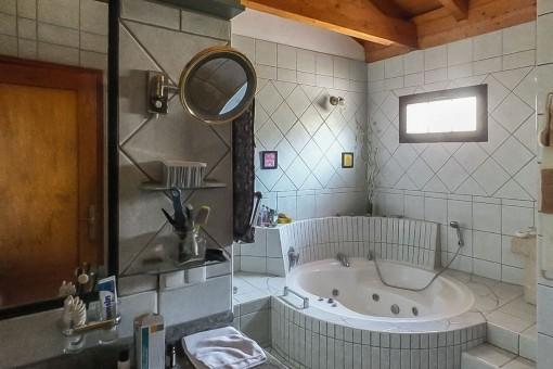 Badezimmer mit Whirlpool-Badewanne