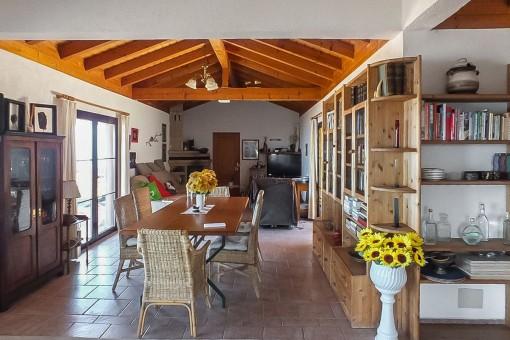 Essbereich mit Holzdeckenbalken