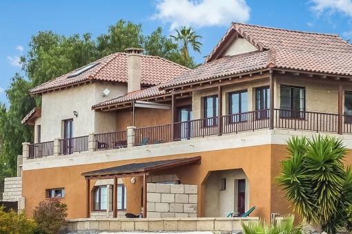 Außenansicht der beeindruckenden Villa