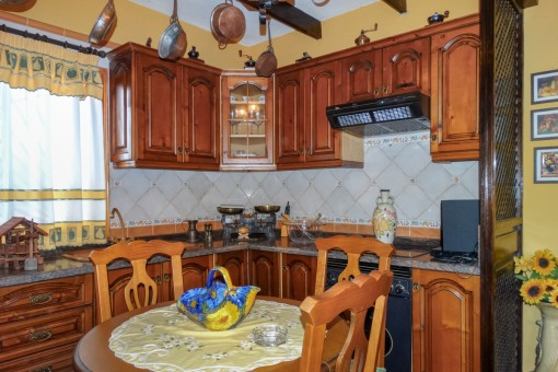 Voll ausgestattete Landhausküche