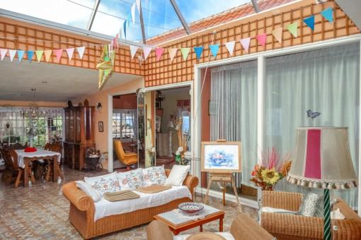 Komfortabler Loungebereich mit Glasdach
