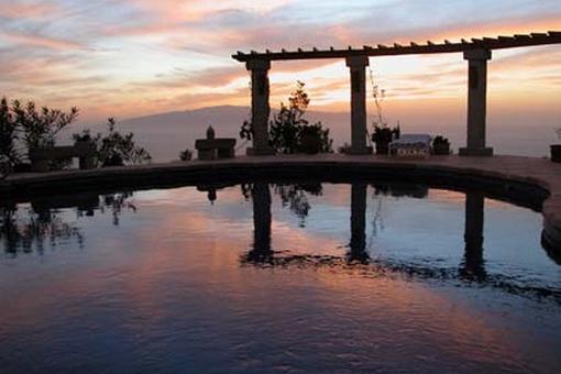 Der Pool im romantischen Abendlicht