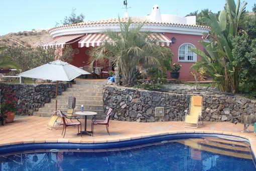 Die Terrasse am Pool mit Blick zur Finca