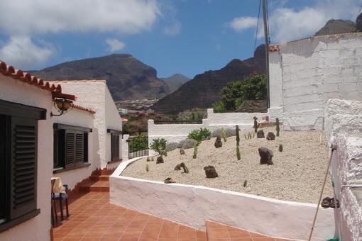 Lange schöne Terrasse rund um das Haus herum