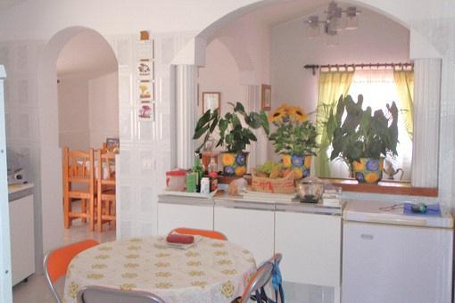 Offene Einbauküche mit Zugang zum Essbereich