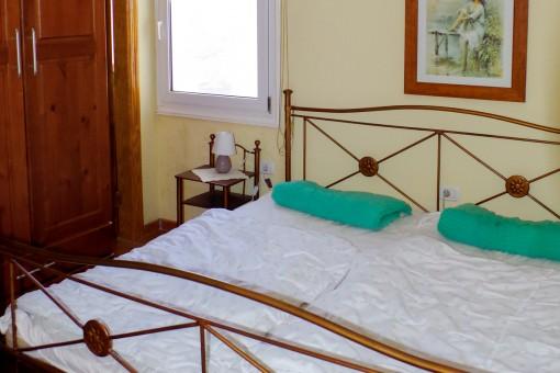 Helles Hauptschlafzimmer mit Doppelbett im Gestehaus