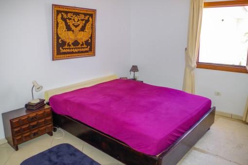 Schönes Schlafzimmer mit Doppelbett im Haupthaus