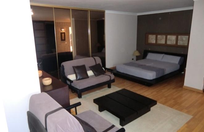 Offen gestaltetes Schlafzimmer