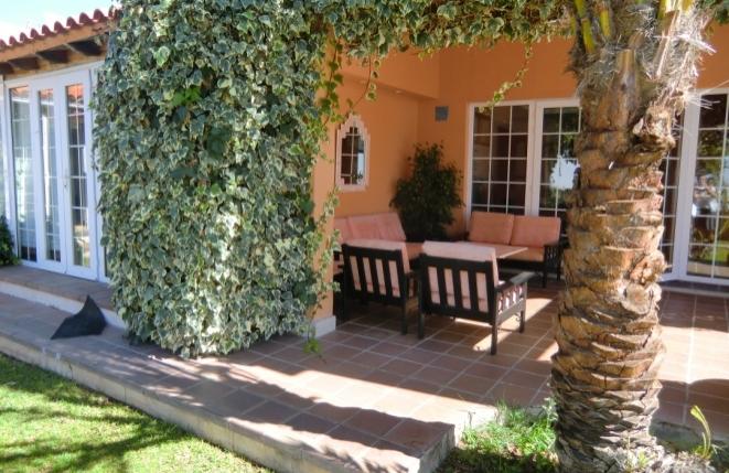 Überdachte Terrasse mit gemütlichen Sitzmöglichkeiten