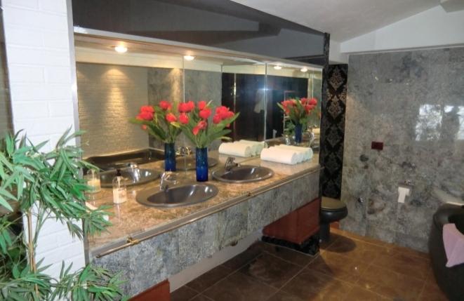 Modernes Badezimmer mit großer Badewanne