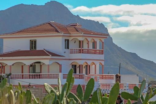 Einfamilienhaus mit 7 Zimmern und großem Grundstück mit Meerblick in Arona