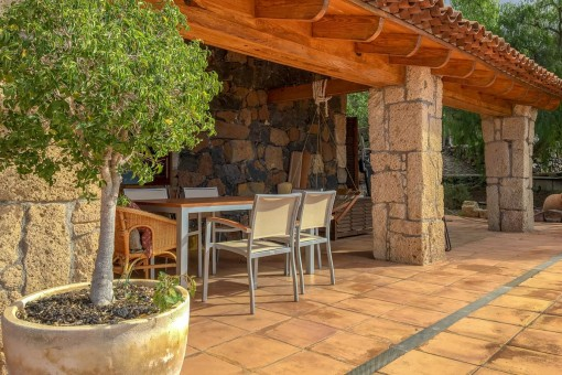 Geräumige Terrasse mit Essbereich im Freien
