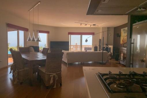 Voll ausgestattete Küche mit Blick zur Terrasse