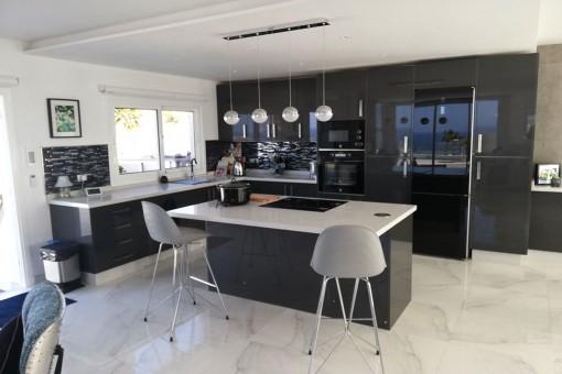 Elegante Küche mit Kochinsel