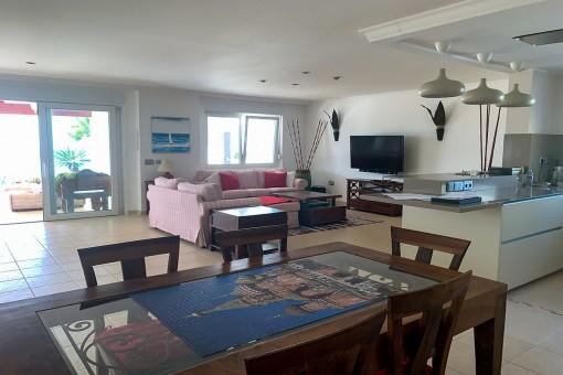 Offener Wohnbereich mit Küche und Essbereich