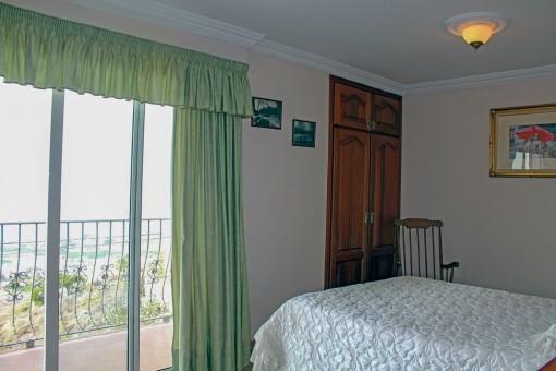 Zweites Schlafzimmer mit Balkonzugang