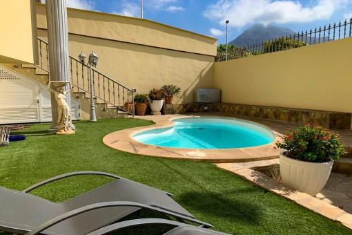 Sonniger Garten mit Pool